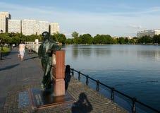 Monumento a Vladimir Zvorykin sulla banca dello stagno di Ostankino a Mosca immagini stock