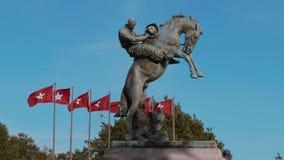 Monumento y banderas de Oklahoma en el capitolio del estado en el Oklahoma City almacen de video