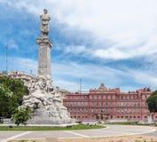 Monumento y casas Rosada de los dos puntos Imagen de archivo libre de regalías