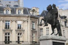 Monumento y edificios ecuestres en París Imagen de archivo