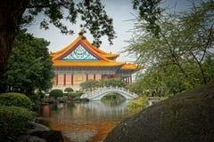 Monumento y lago en la ciudad de Taipei fotos de archivo