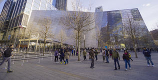 Monumento y museo nacionales del 11 de septiembre en el punto cero Manhattan MANHATTAN - NUEVA YORK - 1 de abril de 2017 Fotografía de archivo libre de regalías