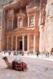 Monumento y plaza del Hacienda en el Petra antiguo de la ciudad Imagenes de archivo