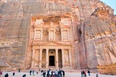 Monumento y plaza del Hacienda en el Petra antiguo de la ciudad Foto de archivo libre de regalías