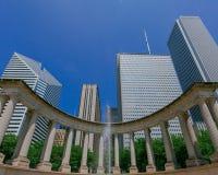 Monumento y rascacielos del milenio en Chicago céntrica, los E.E.U.U. fotografía de archivo