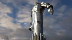 Monumento a Yuri Gagarin 42 suporte 5-meter e estátua altos, Moscou, Rússia video estoque