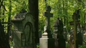 Monumentos antiguos del cementerio almacen de metraje de vídeo