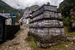 Monumentos com inscrição no passeio na montanha do acampamento base de Everest, Nepal imagem de stock royalty free