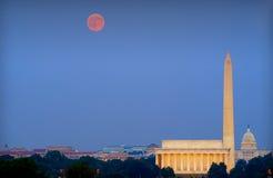 Monumentos de Washington y luna de cosecha Imagen de archivo