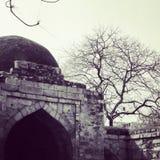 Monumentos em Qtub Minar fotografia de stock