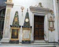 Monumentos gêmeos do obelisco à esquerda da entrada da sacristia em Saint Maria da basílica de Trastevere Imagem de Stock