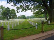 Monumentos y lápidas mortuorias en el cementerio nacional de Arlington en Virginia los E.E.U.U. Fotografía de archivo libre de regalías