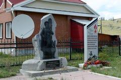 Monuments aux gardes frontière et soldats tués au Chechenie et en Afghanistan au centre de secteur d'Ulagan, République d'Altai images libres de droits