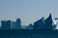 Monuments d'iceberg entrant dans un fjord Photos libres de droits