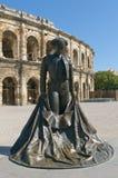 Monumetnt de matador na frente das arenas de Nimes fotografia de stock