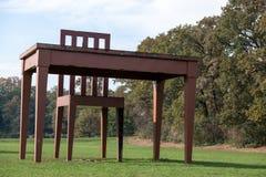 MONZA, ITALY/EUROPE - 30 OTTOBRE: Tavola e sedia enormi in Parco fotografia stock