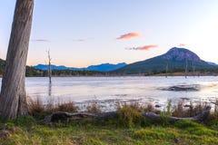 在湖Moogerah的五颜六色的日落在昆士兰 库存图片
