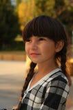 Mooi 6 éénjarigenmeisje in donkerbruine vlechten Stock Afbeelding
