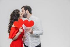 Mooi aantrekkelijk, vrolijk, positief paar Zijn gehuwde Greep grote rode kaarten in hun handen Tijdens dit keer dat zij hebben ge stock foto