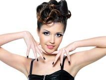 Mooi aantrekkingskrachtmeisje met zwarte spijkers. Royalty-vrije Stock Fotografie