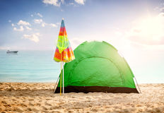 Mooi achtergrond de zomerconcept, tent op strand bij zonsondergang Royalty-vrije Stock Fotografie
