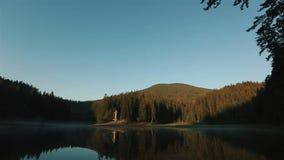 Mooi adembenemend panorama van bergmeer in de Karpaten, Landschap Sinevir stock videobeelden