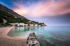 Mooi Adriatisch Strand en Mimice-Dorp op Omis Riviera Royalty-vrije Stock Afbeelding