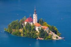 Mooi Afgetapt meer en het eiland met de kerk bij de zomerkleur royalty-vrije stock afbeeldingen