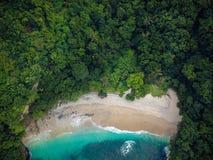 Mooi afgezonderd strand met blauwe overzees De mening vanaf de bovenkant royalty-vrije stock afbeeldingen