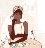 Mooi Afrikaans Amerikaans meisje in de straatkoffie Royalty-vrije Stock Foto