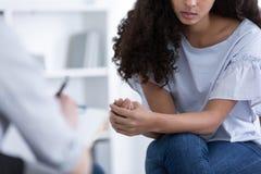 Mooi Afrikaans Amerikaans meisje tijdens vergadering met professionele adviseur stock afbeeldingen