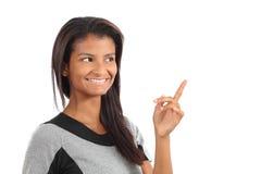 _mooi Afrikaans Amerikaans meisje voor:stellen iets en kijken hierboven royalty-vrije stock afbeeldingen