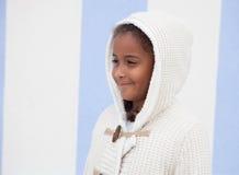 Mooi Afrikaans kind met blauwe achtergrond Stock Afbeeldingen