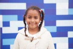 Mooi Afrikaans meisje met blauwe achtergrond Stock Foto