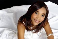Mooi Afrikaans Vrouwelijk Model, die Witte Kleding dragen Stock Afbeeldingen