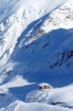 Mooi alpien landschap met chalet, sneeuw, zon en schaduwen in de Bergen van de Karpaten royalty-vrije stock fotografie