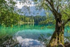 Mooi alpien meer dichtbij Italain-grens met dramatische hemel, Meer Fusine Stock Foto's