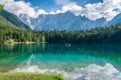 Mooi alpien meer dichtbij Italain-grens met dramatische hemel, Meer Fusine Royalty-vrije Stock Fotografie