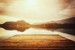 Mooi alpien meer met houten Afgetapte bank, Slovenië, uitstekend beeld royalty-vrije stock afbeeldingen