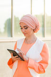 Mooi Arabisch meisje met tabletcomputer Moslimvrouw Royalty-vrije Stock Foto