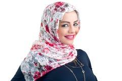 Mooi Arabisch model in hijab die op wit stellen en wordt geïsoleerd stock afbeelding