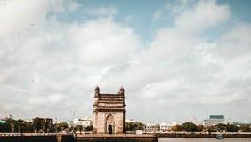 Mooi architecturaal die stuk op een rivier wordt voortgebouwd royalty-vrije stock afbeeldingen