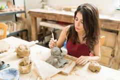 Mooi Artisanaal Makend Aardewerk van Doll in Studio royalty-vrije stock afbeeldingen