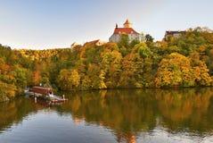 Mooi Autumn Landscape met Veveri-Kasteel Natuurlijk kleurrijk landschap met zonsondergang Brno dam-Tsjech republiek-Europa stock foto's