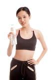 Mooi Aziatisch gezond meisje met fles drinkwater Stock Afbeeldingen