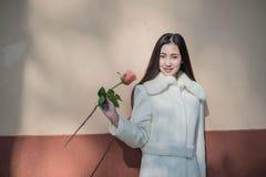 Mooi Aziatisch meisje in de winterlaag Royalty-vrije Stock Afbeelding