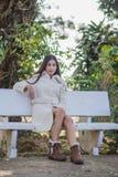 Mooi Aziatisch meisje in de winterlaag Royalty-vrije Stock Afbeeldingen