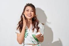 Mooi Aziatisch meisje in de zomerkleding die samenstelling met haar klein spiegel en poeder in zonnige middag doen royalty-vrije stock foto's