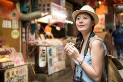 Mooi Aziatisch meisje die op oude straat lopen royalty-vrije stock afbeeldingen