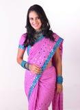 Mooi Aziatisch meisje met aardige roze Sari Stock Foto